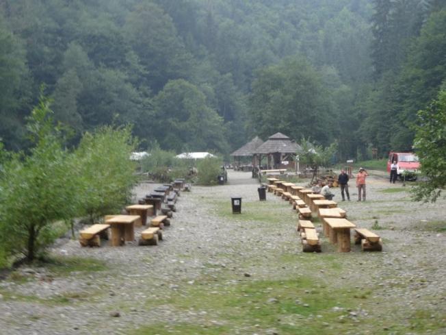 Nach 2h Fahrt durch die Wälder, vorbei an kleinen Holzfäller-Stationen, kommen wir an unserem Zielort an. Hier verbringen wir einen leckeren Grillabend und jetzt ratet mal, mit welcher Musik ;-) Aber die Ansage ist: Zeitig zu Bett gehen, denn am nächsten Morgen um 6.00 Uhr soll schon der Weckruf ertönen, damit wir vor den Güterzügen mit den Baumstämmen auf den Gleisen sind. Denn die haben Vorfahrt und da es nur ein Gleis gibt, kann es ab und zu passieren, dass unser Zug mehrere Stunden auf einem Abstellgleis landet.
